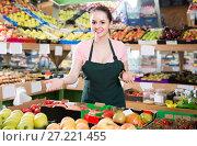 Купить «Friendly salesgirl proposing fresh fruits and vegetables in supermarket», фото № 27221455, снято 14 октября 2017 г. (c) Яков Филимонов / Фотобанк Лори