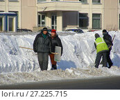 Купить «Рабочие коммунальной службы чистят дорогу от снега. Курганская улица. Район Гольяново. Город Москва», эксклюзивное фото № 27225715, снято 11 февраля 2010 г. (c) lana1501 / Фотобанк Лори
