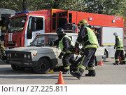 Спасатели МЧС на учениях вскрывают потерпевший аварию автомобиль (2014 год). Редакционное фото, фотограф Малышев Андрей / Фотобанк Лори