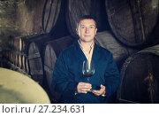 Купить «Male keeping ageing process of wine», фото № 27234631, снято 22 сентября 2016 г. (c) Яков Филимонов / Фотобанк Лори