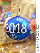 """Купить «Новогодний шар с надписью """"2018""""», фото № 27235327, снято 21 ноября 2017 г. (c) Валерия Попова / Фотобанк Лори"""