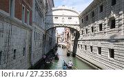 Купить «Канал с плывущими гондолами, Венеция, Италия», видеоролик № 27235683, снято 16 апреля 2017 г. (c) Наталья Волкова / Фотобанк Лори