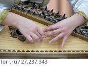 Купить «Музыкант играет на народном струнном инструменте гусли во время концерта», фото № 27237343, снято 17 ноября 2017 г. (c) Николай Винокуров / Фотобанк Лори