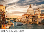 Купить «Большой канал с видом на Собор Санта-Мария Делла Салюте и гондола с туристами, Венеция, Италия», фото № 27237359, снято 20 апреля 2017 г. (c) Наталья Волкова / Фотобанк Лори