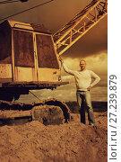 Купить «tractor operator at sand pit», фото № 27239879, снято 16 сентября 2012 г. (c) Яков Филимонов / Фотобанк Лори