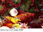 Купить «Рождественские и Новогодние подарки в разноцветных коробках под украшенной ёлкой», фото № 27242599, снято 26 ноября 2017 г. (c) Светлана Евграфова / Фотобанк Лори