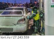 Купить «Москва. Автозаправка BP Connect в Митине на Пятницком шоссе», эксклюзивное фото № 27243559, снято 26 ноября 2017 г. (c) Виктор Тараканов / Фотобанк Лори