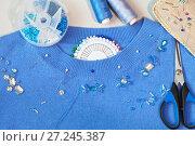 Купить «Процесс ручной вышивки бисером и стеклярусом праздничной одежды. Швейные иглы, нитки, булавки, ножницы и различные бусины для вышивки», фото № 27245387, снято 29 ноября 2017 г. (c) Виктория Катьянова / Фотобанк Лори