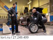 Купить «auto mechanics changing car tires at workshop», фото № 27249499, снято 21 сентября 2017 г. (c) Syda Productions / Фотобанк Лори