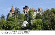 Купить «View of medieval Bran Castle commonly known as Dracula Castle, Romania», видеоролик № 27258087, снято 19 октября 2017 г. (c) Яков Филимонов / Фотобанк Лори
