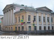 Москва, здание с колоннами на углу улиц Сверчков переулок и Девяткин переулок (2016 год). Редакционное фото, фотограф Дмитрий Неумоин / Фотобанк Лори