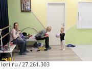 Купить «Мама общается с дочкой на занятии гимнастикой», эксклюзивное фото № 27261303, снято 30 ноября 2017 г. (c) Дмитрий Неумоин / Фотобанк Лори