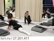 Купить «Девочки гимнастки сидят на шпагате в зале», эксклюзивное фото № 27261411, снято 30 ноября 2017 г. (c) Дмитрий Неумоин / Фотобанк Лори