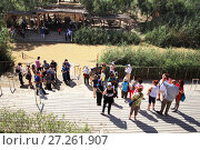 Купить «Туристы и паломники у реки Иордан в Вифаваре (место крещения Иисуса Христа)», фото № 27261907, снято 15 мая 2014 г. (c) Александр Гаценко / Фотобанк Лори