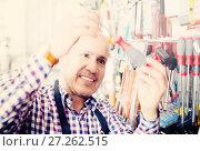 Купить «Experienced seller offering working tooling», фото № 27262515, снято 18 ноября 2018 г. (c) Яков Филимонов / Фотобанк Лори