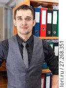 Купить «Мужчина офисный работник, портрет», фото № 27268351, снято 21 января 2012 г. (c) Кекяляйнен Андрей / Фотобанк Лори