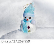 Купить «Christmas Snowman in snow», фото № 27269959, снято 1 марта 2016 г. (c) ElenArt / Фотобанк Лори