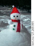 Купить «Christmas Snowman in snow», фото № 27269991, снято 1 марта 2016 г. (c) ElenArt / Фотобанк Лори