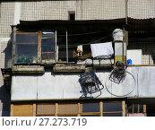 Купить «Захламленный балкон. Девятиэтажный четырёхподъездный панельный жилой дом серии I-515/9М, построен в 1972 году. Хабаровская улица, 20. Район Гольяново. Город Москва», эксклюзивное фото № 27273719, снято 4 апреля 2009 г. (c) lana1501 / Фотобанк Лори