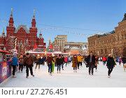 Купить «Люди на катке на Красной площади в Москве, Россия», фото № 27276451, снято 8 декабря 2017 г. (c) Наталья Волкова / Фотобанк Лори