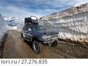 Купить «Джип едет по горной дороге в снежном тоннеле», фото № 27276835, снято 18 июня 2017 г. (c) А. А. Пирагис / Фотобанк Лори