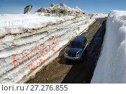 Купить «Автомобиль на горной дороге в снежном тоннеле», фото № 27276855, снято 18 июня 2017 г. (c) А. А. Пирагис / Фотобанк Лори