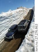 Купить «Внедорожники едут по горной дороге в снежном тоннеле», фото № 27276863, снято 18 июня 2017 г. (c) А. А. Пирагис / Фотобанк Лори