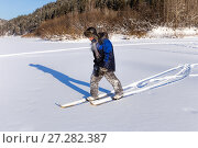 Купить «The hunter is skiing in the snow», фото № 27282387, снято 8 февраля 2014 г. (c) Евгений Ткачёв / Фотобанк Лори