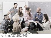 Купить «Informal discussion between teacher and students», фото № 27282943, снято 23 марта 2019 г. (c) Яков Филимонов / Фотобанк Лори