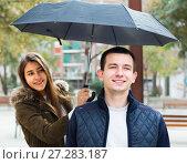 Купить «man and girl smiling under umbrella outdoors», фото № 27283187, снято 19 февраля 2019 г. (c) Яков Филимонов / Фотобанк Лори