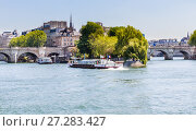 Купить «Туристический корабль Vedettes du Pont Neuf на реке Сена. Париж, Франция», фото № 27283427, снято 9 мая 2017 г. (c) Николай Коржов / Фотобанк Лори