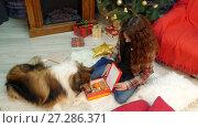 Купить «A girl gives a gift with cookies to her dog», видеоролик № 27286371, снято 14 августа 2017 г. (c) Tatiana Kravchenko / Фотобанк Лори