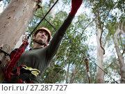Hiker woman holding zip line in forest. Стоковое фото, агентство Wavebreak Media / Фотобанк Лори