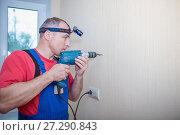 Купить «Man drilling hole in wall», фото № 27290843, снято 21 мая 2017 г. (c) Наталья Давыдова / Фотобанк Лори