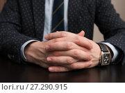Купить «Мужские руки на столе», эксклюзивное фото № 27290915, снято 6 ноября 2017 г. (c) Игорь Низов / Фотобанк Лори