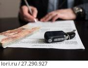 Купить «Бизнесмен подписывает договор купли продажи машины. Фокус на деньгах», эксклюзивное фото № 27290927, снято 6 ноября 2017 г. (c) Игорь Низов / Фотобанк Лори