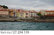 Купить «Church of Notre-Dame de Anges and promenade in picturesque harbor of Collioure», видеоролик № 27294139, снято 15 мая 2017 г. (c) Яков Филимонов / Фотобанк Лори