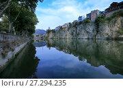 Купить «Городской пейзаж с отражением в реке ранним утром. Тбилиси, Грузия», фото № 27294235, снято 23 сентября 2017 г. (c) Яна Королёва / Фотобанк Лори