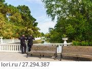 Купить «Два полицейских рядом с прудом в дендрологическом парке Адлера Южные культуры», фото № 27294387, снято 6 июня 2017 г. (c) Наталья Гармашева / Фотобанк Лори
