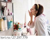 Купить «young woman in the bathroom yawns and wakes up», фото № 27297779, снято 12 декабря 2017 г. (c) Типляшина Евгения / Фотобанк Лори