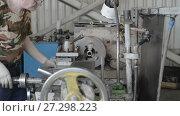 Купить «The turner operates on a mechanical lathe. Turning works, metal processing by cutting.», видеоролик № 27298223, снято 15 июня 2017 г. (c) Андрей Радченко / Фотобанк Лори