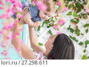 Купить «Женщина с ребенком на летней террасе», фото № 27298611, снято 24 ноября 2017 г. (c) Владимир Мельников / Фотобанк Лори