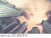 Купить «Sky in circle of buildings», фото № 27303911, снято 20 августа 2018 г. (c) Яков Филимонов / Фотобанк Лори