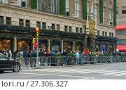 Купить «Празднично оформленные витрины торгового центра Sakc на Пятой Авеню, Нью-Йорк, США. Рождество и Новый год», фото № 27306327, снято 16 декабря 2017 г. (c) Валерия Попова / Фотобанк Лори
