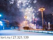 Купить «Новогодний фейерверк на ВДНХ в Москве», фото № 27321139, снято 31 декабря 2016 г. (c) Алёшина Оксана / Фотобанк Лори