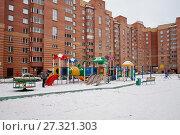 Детская игровая площадка во дворе многоэтажного дома (2017 год). Стоковое фото, фотограф Светлана Попова / Фотобанк Лори
