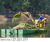 Купить «Рабочий на плавающем экскаваторе очищает от водорослей водоем. Чистые Пруды. Басманный район. Город Москва», эксклюзивное фото № 27321371, снято 14 августа 2008 г. (c) lana1501 / Фотобанк Лори