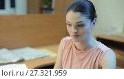Купить «Young Woman working on PC», видеоролик № 27321959, снято 15 марта 2017 г. (c) Илья Шаматура / Фотобанк Лори