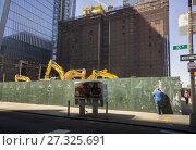 Купить «A sidewalk superintendent inspects Hudson Yards development in New York on Saturday, September 23, 2017. (© Richard B. Levine).», фото № 27325691, снято 23 сентября 2017 г. (c) age Fotostock / Фотобанк Лори