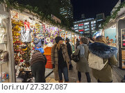 Купить «Shoppers browse the Union Square Holiday Market in New York on opening day, Thursday, November 16, 2017. Over 100 vendors sell their holiday wares at the...», фото № 27327087, снято 16 ноября 2017 г. (c) age Fotostock / Фотобанк Лори
